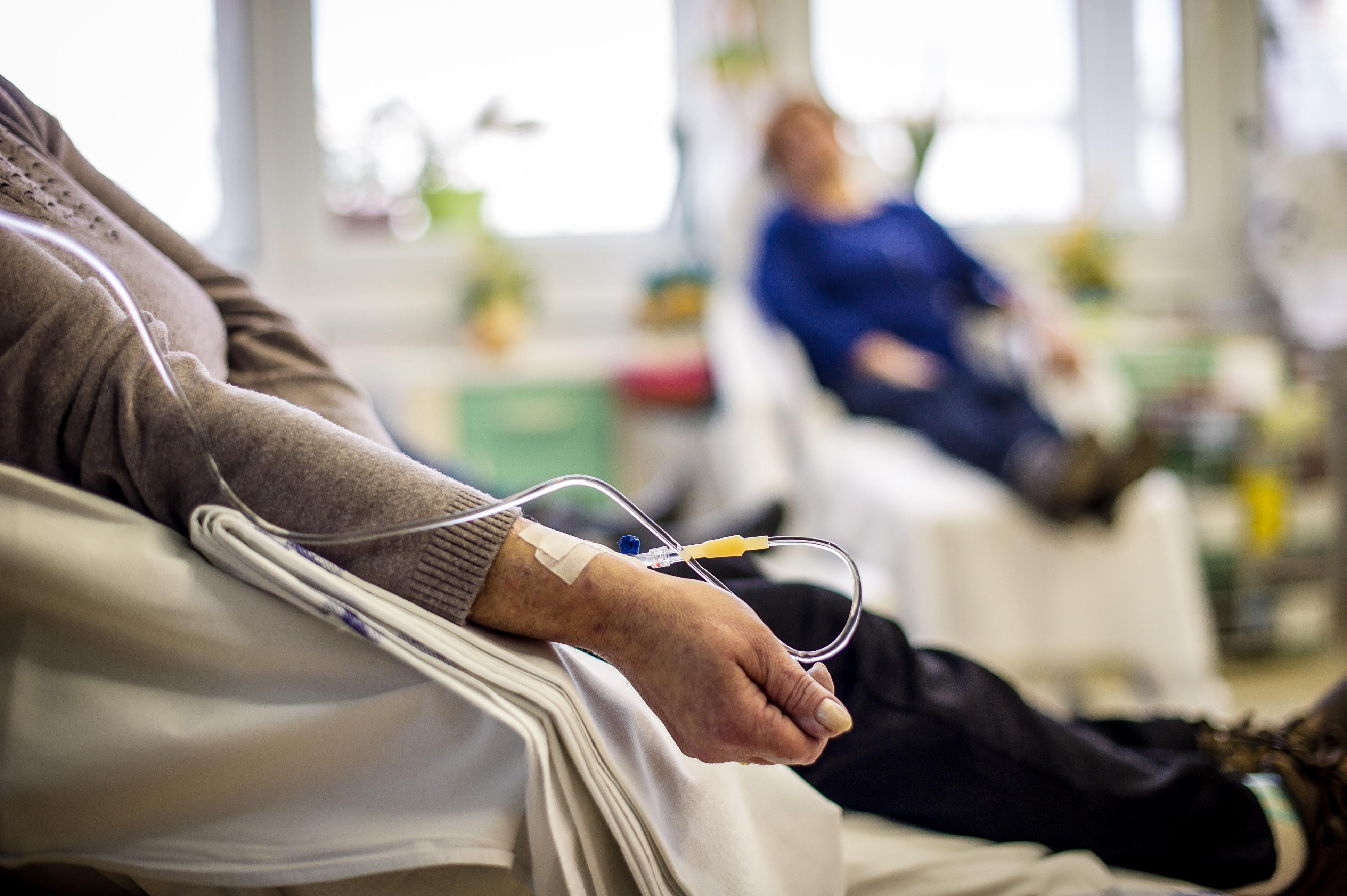 Apesar de pertencerem ao grupo de risco, pacientes oncológicos devem seguir tratamentos